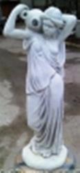 ландшафтная скульптура  Девочка с кувшином на плече