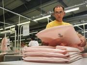 Работник на производство подушек безопасности